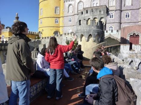 Os alunos durante a visita guiada ao Palácio da Pena